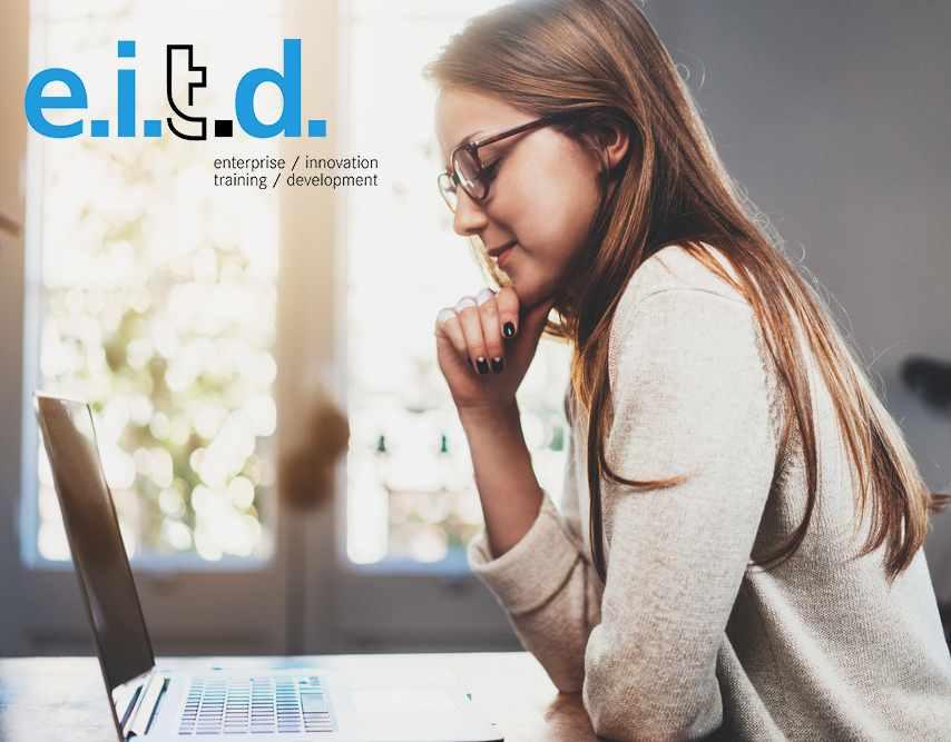 giovane donna al computer